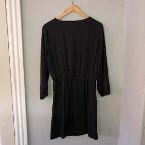Brugt 10-15 gange. Virkelig behagelig silke/satin kjole. Str 38.
