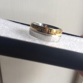 Har denne fede ring fra versace, som jeg desværre ikke kan passe.  Den er aldrig brugt, men har et lille hak i det sølv (dog ikke noget man ser med den på).  Det er en size 9  Tag den for 150 kr.  Kan sendes på køberens regning.