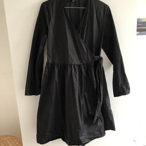 Slå-om kjole fra COS. Brugt meget få gange