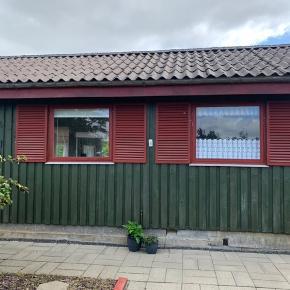 Kolonihavehus Bryndumdam Esbjerg.  Lækkert hus med køkken, stue, bad/wc, soveværelse.  Overdækket terrasse med udekøkken.  Kom og kig! Pris: 60.000.-