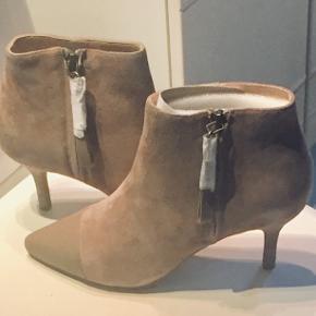 Super flotte Ankelstøvler fra Shoe The Bear i lys beige ruskind(velour) med beige skind på næsen.  Hælhøjde 7 1/2 cm Ny pris 1200kr.