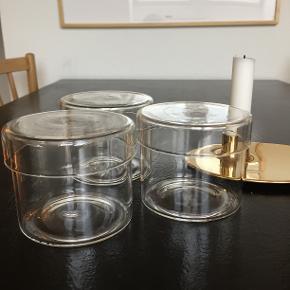 Opbevaringsglas / container / glas med låg / glasbeholderfra H&M Home  H: 8 cm Ø: 9 cm  Aldrig brugt Nypris: 3 x 70 kr Prisen er fast og for alle 3