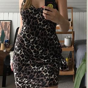 """""""Satin Slip Short Dress"""" købt på NAKD, men er fra mærket Rebecca Stella Str M og sidder tæt💜 Stoffet er 100% polyester og der er en sort underkjole syet ind"""