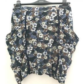 """Fin nederdel med """"inderfor"""" og lommer på siden. Måler 43cm, når man måler fra forsiden midtpå og ned."""