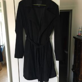 Amisu jakke i blødt imiteret ruskind.