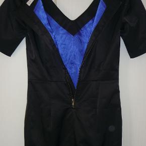 superflot festkjole med koboltblåt foer og lynlås.brugt en gang. brystvidde:43*2 cm længde:95 cm bomuld,polyester og elastan