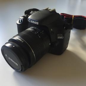 Jeg sælger dette flotte Canon EOS 550D-kamera med 18 megapixels. Der medfølger:  Original linse  Batteri Oplader og kabel Kabler til at overføre til computer Micro SD-kort (16GB) og adapter. Kamerataske.   Det er ikke blevet brugt særlig meget og er i god stand.  Der er dog en lille ridse i skærmen, som det kan ses på billede nr. 3.