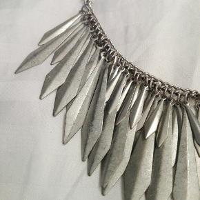 Smuk mellemlang sølv halskæde fra H&M. Byd gerne!! 🙋 Rabat ved køb af flere produkter - alt skal væk🌻  Skriv for flere billeder og information💌