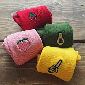 Sælger disse 4 sokker med emoji frugter 🤗💘 vil gerne sælge dem enkeltvis også