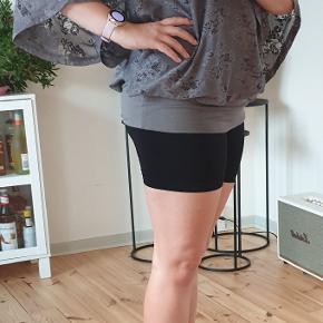 Jeg er ca. en størrelse M og 165 cm høj. Super fin bluse og ingen spor på slid