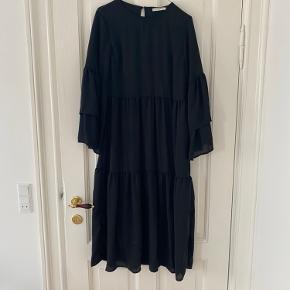 Sort kjole fra PIECES med flæser. Brugt en enkelt gang.