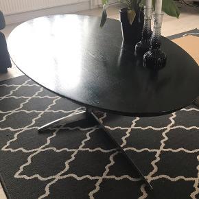 Sort ovalt sofabord fra Ilva   Nypris:3000,-  Står solidt og er af massivt træ. Dog lidt slid da bordet er blevet brugt en del, men stadig et flot bord og derfor den billige pris.   Højde: 42 cm Længde:140 cm Bredde: 70 cm