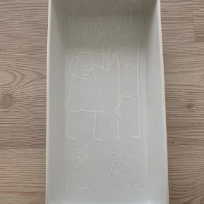 Fas fra Poul Pava. 19 cm. bred, 38 cm. lang og 4,5 cm. høj.