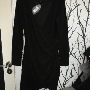 Ny kjole fra SODA Stadig prismærke på Kostede 300 for ny.  Tænker 150 eller BYD 😊