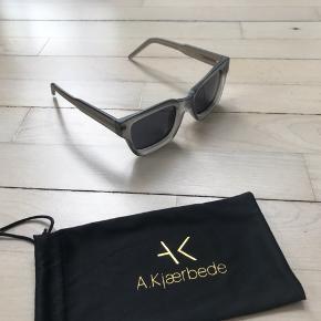 Helt ny solbrille fra A. Kjærbede i en solid kvalitet specielt taget i betragtning af den fine pris, som jeg udelukkende sælger da jeg har valgt at gå med en anden farve!  Model: Gigi Farve: Matte Grey