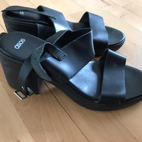 Fine høje sandaler, som er behaglige at gå i!