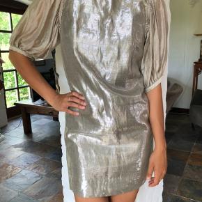 Smuk metallisk kjole fra Malene Birger. Brugt til bryllupsfester. Stadig i flot stand.