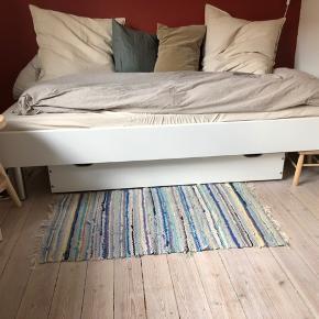 BYD EN FAIR PRIS!  Rigtig fin enkeltmands seng købt i Ikea. Måler 90x200.  Madras medfølger ikke.