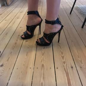 Jimmy Choo x H&M stiletter sælges!   Passer både en størrelse 39 og 40.   Standen er god men brugt, som ses på sålen under skoen 😊  Byd :-)