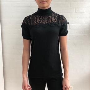 Super lækker blonde t-shirt fra Karen by Simonsen, str. L men passer omkring SAldrig brugt!  Skriv for flere billeder