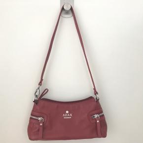 Adax taske af ældre model sælges. Tasken har patina, men er ikke slidt / i dårlig stand.