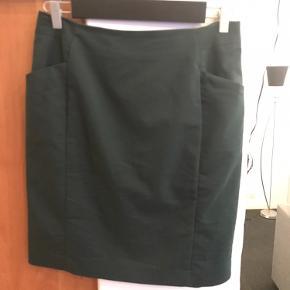 To pencil nederdele, en i sort og en i flaskegrøn. Begge med lommer.