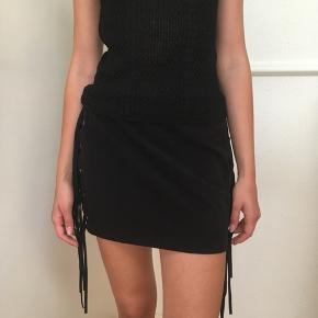 Super flot sort nederdel i imiteret ruskind str. 34 ( XS) fra H&M sælges🌸 Taljen måler 68 cm.  Jeg sender gerne ved betaling med MobilePay. Porto DAO eller GLS 38 kr 🌞 Se også mine andre spændende annoncer ☀️🌸🌿 (Obs. bytter ikke)