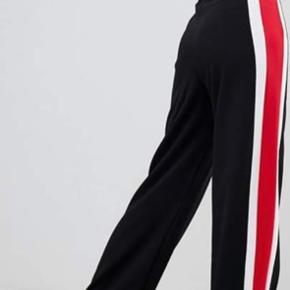 Fede bukser med stribe ned str 38  Aldrig brugt   Modellen er 1.75