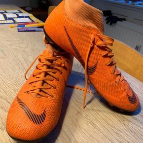 Fodboldstøvler str. 41.