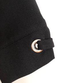 Fin sort tunika som går til hoften. V-hals og 3/4 ærme.