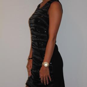 Fineste kjole med palietter.  Str. small  Cond: 10/10   Se gerne mine andre annoncer med mærker fra bla. Soaked in Luxury, Zara, Ganni, Alexander Wang, ASOS, Envii, H&M og mange flere.