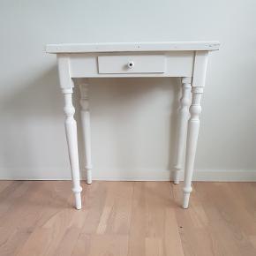 Prisen er på 549,- og er fast.  Fint hvidt bord med sorte kakler samt lille skuffe. Kaklerne er selv lagt på, så det er ikke et fabriks møbel, men et nyrestaureret.  H: ca. 70cm B: ca. 62,5cm D: ca. 42cm  🌸 SÅDAN HANDLER JEG 🌸  💙 BETALING VIA MOBILE PAY 💙 💚 Varen går til først betalende. 💛 Bytter/refunderer ikke/tager ikke varer retur. ❤ Aktiv annonce = IKKE solgt. 🏠Hentes på Amager (2300) eller kan leveres i Kbh-området til mer-pris.  VED AFHENTNING: Udlevering af vejnavn når du er på vej. Resten af adr. får du, når du er her. Bliver tit brændt af - på forhånd tak for forståelsen!🏡  Slået op flere steder.   •• kommode •• skænk •• entre •• retro •• romantisk stil ••
