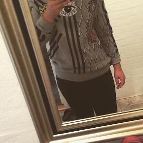Kenzo sweater, med mange fede detaljer. Str. 14 år, men kan passe en str. xs kvinde. Jeg er selv 153cm høj. Kostede 1250kr fra ny. Har brugt den 5-7 gange. Mega fed!