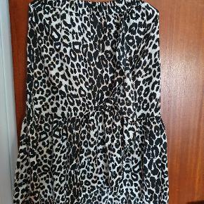 Super fin leopard nederdel fra Pieces. Sælges da jeg ikke kan passe den længere.   Køber betaler fragt