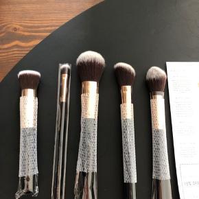 5 børster 1 kabuki 1 Contour/highligt 1 soft focus powder 1 angled blush 1 large eyeshadow