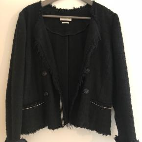 Super smuk og anvendelig blazer jakke i boucle.  Fransk str 40 så en 36-38 i dk Små lommer foran  Ingen skulderpuder Nypris var 2400kr