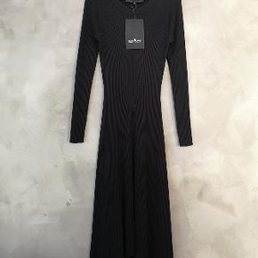 Lækker sort strikkjole i uld fra Designers Remix. Helt ny og stadig med prismærke. Str small og meget stretchy.