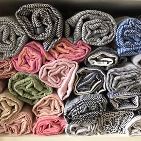 Brand: Hamam Hammam Hamman  De vævede, tyrkiske hammam-håndklæder er lavet af 100% tyrkisk bomuld. De er super bløde og næsten silkeagtige at røre ved. Den stramme, flade vævning gør dem meget absorberende, lette og hurtigt tørrende.  Brug som badehåndklæde på rejsen eller i spaen. De fine mønstre gør håndklæderne super smukke at bruge som sarong, tørklæde, babyslynge, tæppe eller meget andet. 149 pr stk. Plus Porto 37kr. Ved køb af flere deler jeg gerne porto'en☺️