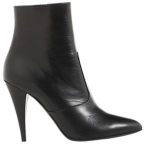 Helt nye saint laurant støvler købt og valideret på Vestiria med prismærke. Uden emballage. Normal i pasform.