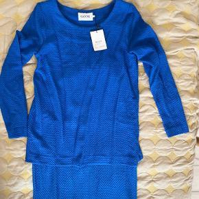 Smuk blå kjole i superblødt tykt stræk. Kjolen har et todelt kontor-lignende snit som efterligner nederdel med bluse over. Aldrig brugt.