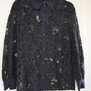 Varetype: Bluse Farve: Navy Oprindelig købspris: 1600 kr.  Fin Baum Und Pferdgarten blonde skjorte ☺️    Blusen fremstår næsten som ny