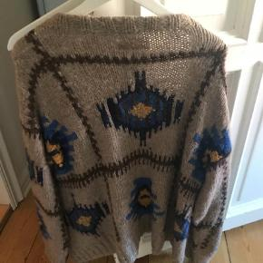 Varetype: Striktrøje Størrelse: S men onesize Farve: Multi  Sød sweater men guld knapper.. den er nogle sæsoner gammel men brugt meget sparsomt. Mener den kostede 4999. Str s men ret stor i det, så kan passe næsten alle.