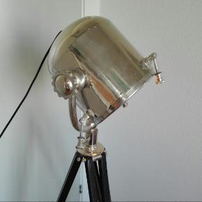 Margit Brandt gulvlampe med 3 justerbare ben - kan justeres i længden.  Overvejer at sælge denne smukke lampe, men kun til den rigtige pris. Den er udgået.   På de første billeder har jeg taget glaspladen af der dækker - men den er også rigtig flot med. Det er hvad man bedst kan lide. Det er en glødepære jeg her i den.  Den har et par afslag på benene og nogle ridset på skærmen.  Afhentes i Tilst.