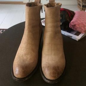 Helt ny støvlette, købt i december, brugt 1 gang. 100 % læder. Købt hos  apair. Har kvittering. Mexicana støvler er  store i størrelse , svarer til ca. 38 1/2