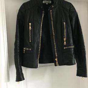 Varetype: Andet Farve: Sort Kvittering haves.  Jeg sælger denne smukke jakke, da den er for lille.   Ny Pris. 12.000  Kr. Kvittering haves  Sælges for 5800 Kr