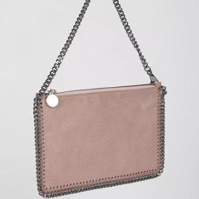 Stella McCartney Falabella Shaggy taske/clutch i Pink. Den er lavet i Italien, købt i London sidste år. Den er gået med enkelte gange og har derfor lidt slid men stadig i fantastisk flot stand (dette er tasken på billederne, billederne er fra et professionelt studie, undtagen de sidste to) Tags medfølger til den. Kostede 2.800kr i butikken