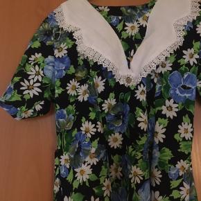 Sød blomstret vintage kjole med hvid krave, som passer en small. Mål: længde: 113 cm, bryst: 2*39, talje: 2*37 cm.