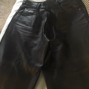 Skindlook jeans, brugt 1-2 gange, er lagt op, så du må ikke være højere end 160cm. Køber betaler Porto