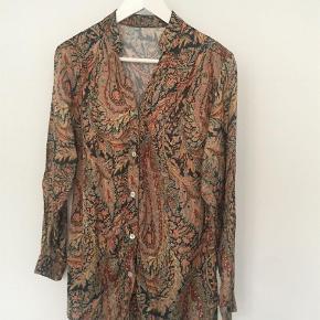 Varetype: Langærmet Farve: Multi Oprindelig købspris: 450 kr.  Super flot mønstret  skjorte  i smukke varme farver - gi' et bud:-)