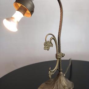 Fantastisk smuk art Deco lampe i patineret messing. Smukt udført og den virker.  Højde 39cm